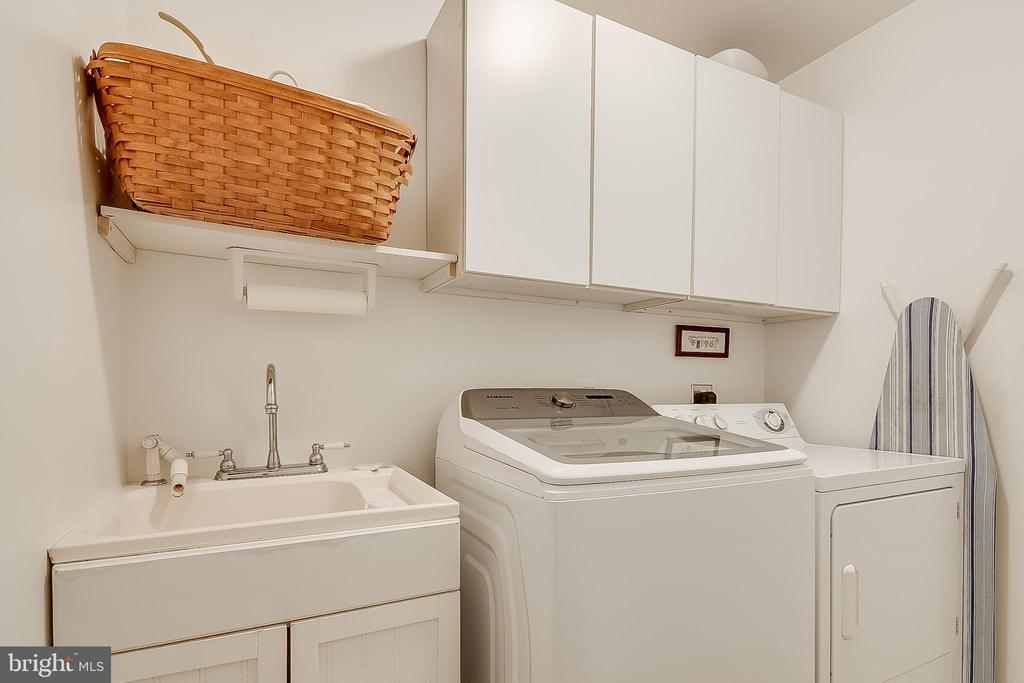 Upper level laundry with wash sink - 42070 SADDLEBROOK PL, LEESBURG