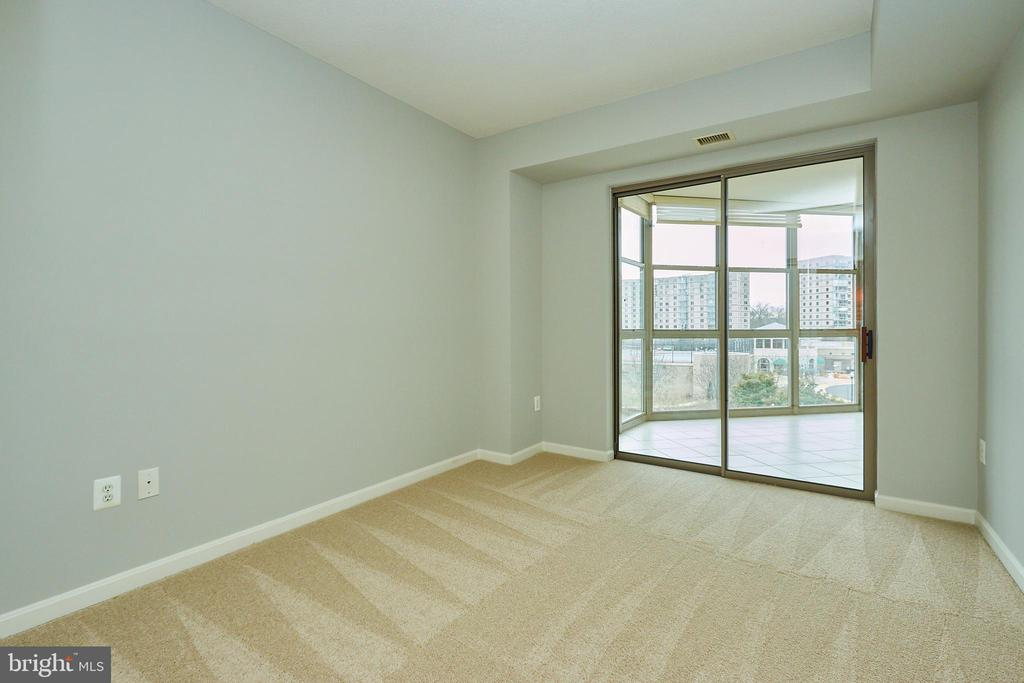 Second bedroom with sliding doors to sunroom - 19350 MAGNOLIA GROVE SQ #407, LEESBURG