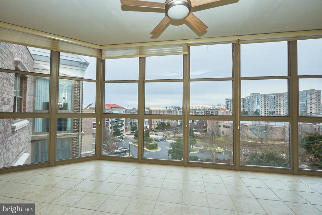 Huge sunny sunroom! - 19350 MAGNOLIA GROVE SQ #407, LEESBURG