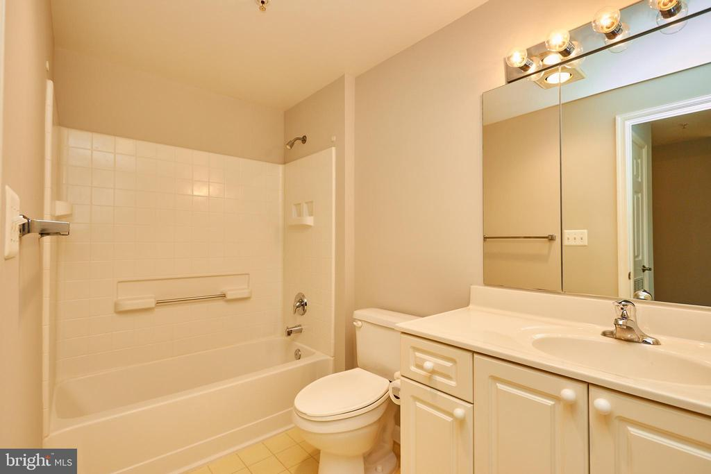 Second, full bathroom - 19350 MAGNOLIA GROVE SQ #407, LEESBURG