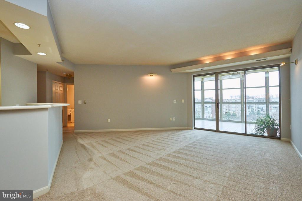 Living room with view to sunroom - 19350 MAGNOLIA GROVE SQ #407, LEESBURG