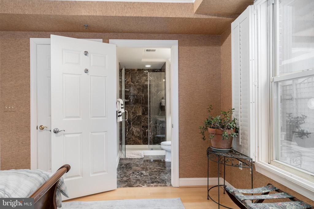 Shutters, En Suite Bath - 1555 N COLONIAL TER #100, ARLINGTON