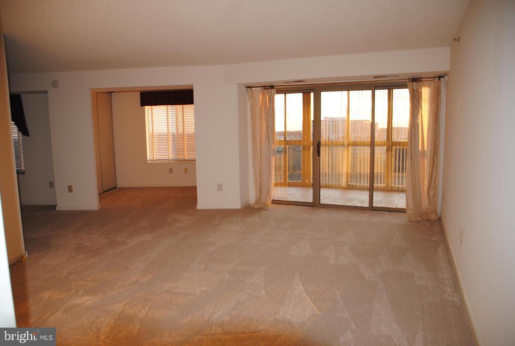 Living room opens to sun room and den - 19385 CYPRESS RIDGE TER #1103, LEESBURG