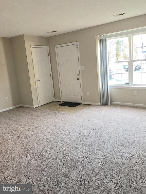 Living rm view to front door-coat closet to left - 10503 GUILDERLAND CT, FREDERICKSBURG