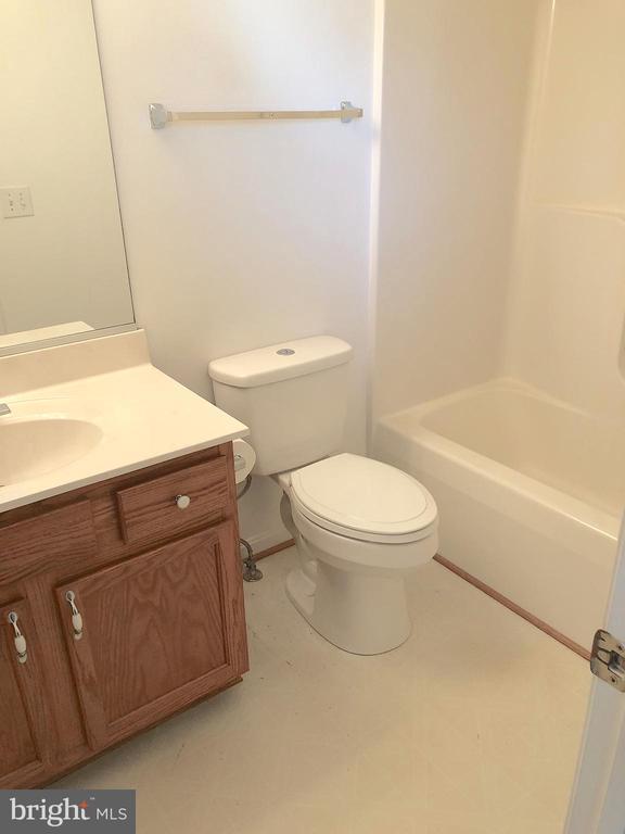 En-suite full bath, view 1 - 10503 GUILDERLAND CT, FREDERICKSBURG