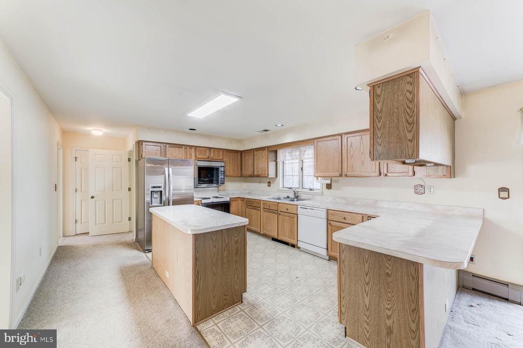 Primary Kitchen on main level - 38365 GOOSE CREEK LN, LEESBURG