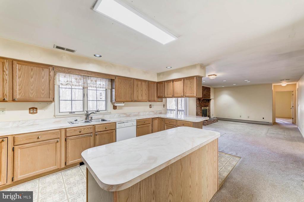 Kitchen Island - 38365 GOOSE CREEK LN, LEESBURG