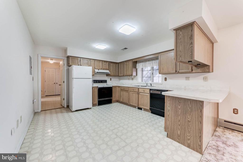 In-Law Suite full kitchen - 38365 GOOSE CREEK LN, LEESBURG