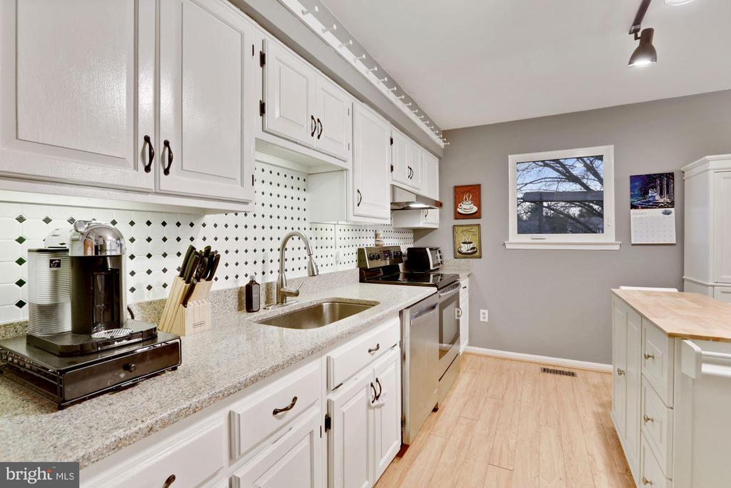 Stainless steel appliances - 10171 YORKTOWN WAY, GREAT FALLS