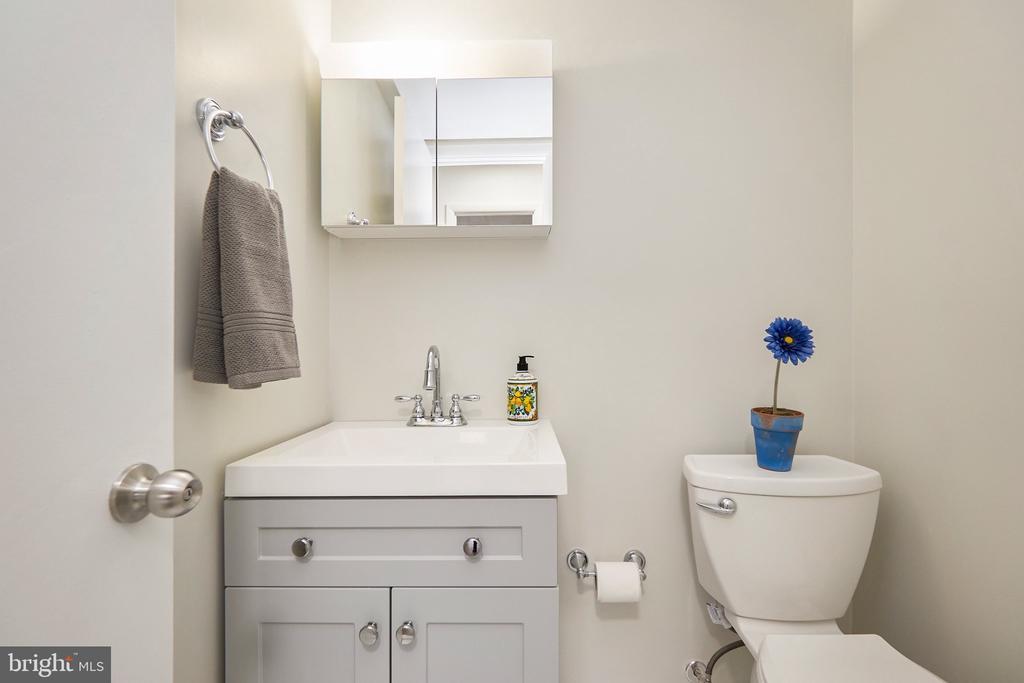 Half-Bathroom in Primary Bedroom - 5009 7TH RD S #102, ARLINGTON