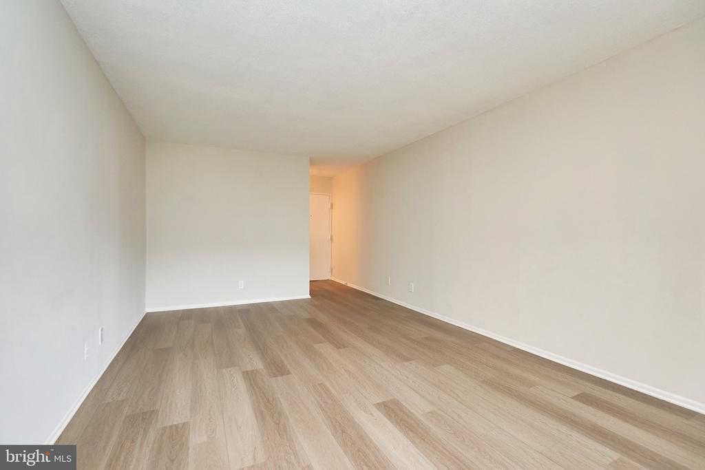 Large Living Room with New Wood Floors. - 5009 7TH RD S #102, ARLINGTON