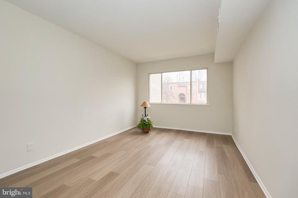 Bedroom #1 - Large & lots of Light. - 5009 7TH RD S #102, ARLINGTON