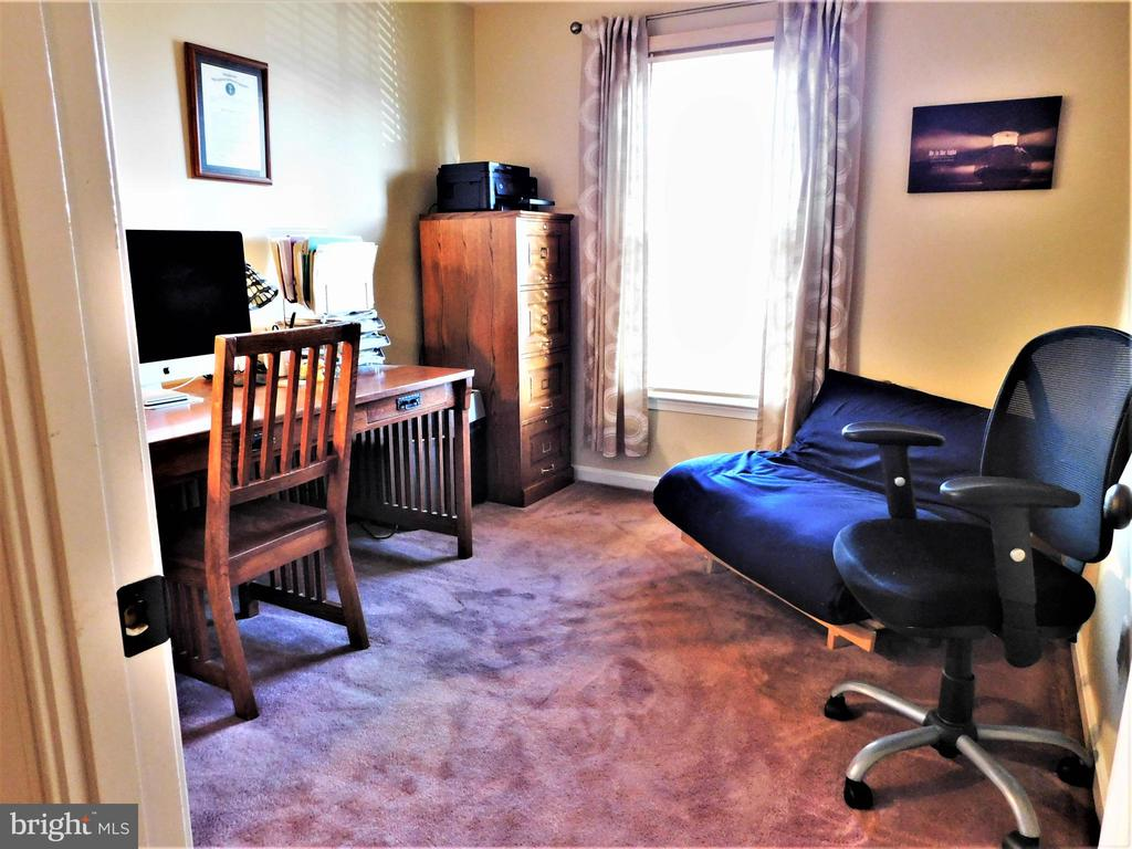 BEDROOM 2/OFFICE: PLUSH CARPETING & WALL CLOSET - 333 CARDINAL GLEN CIR, STERLING