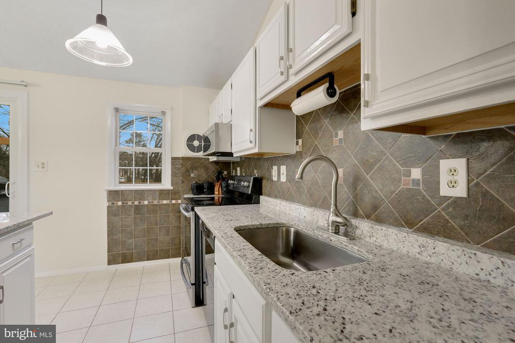 Kitchen Granite Counter Tops - 3862 BEECH DOWN DR, CHANTILLY