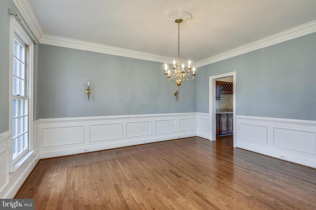 Formal Dining Room with adjacent Butler's pantry - 514 MEADE DR SW, LEESBURG