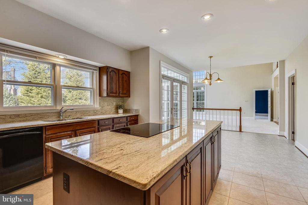 Kitchen w/ beautiful granite counters & backspash - 514 MEADE DR SW, LEESBURG