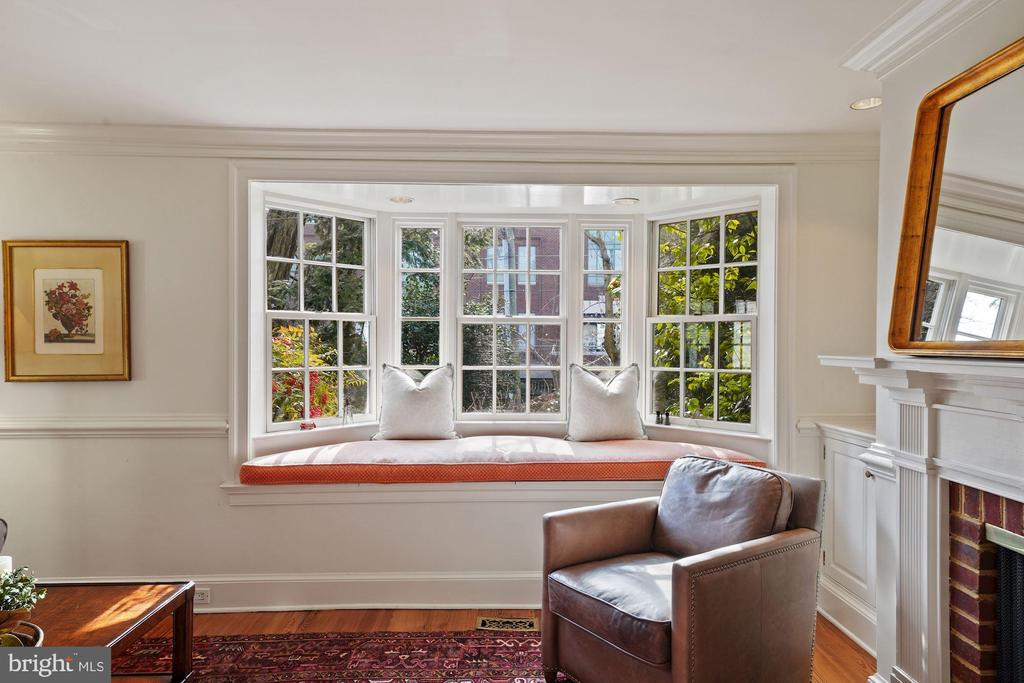 The FR is brightened by the bay window with a seat - 639 S SAINT ASAPH ST, ALEXANDRIA