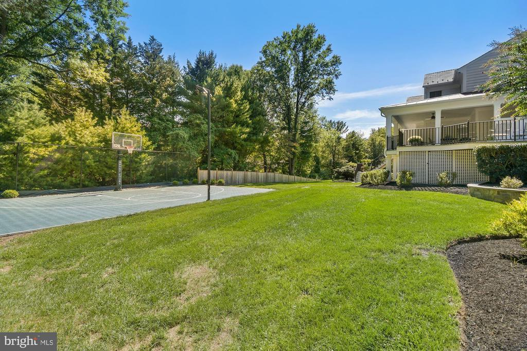 Side yard w/lighted sport court - 1901 ALLANWOOD PL, SILVER SPRING