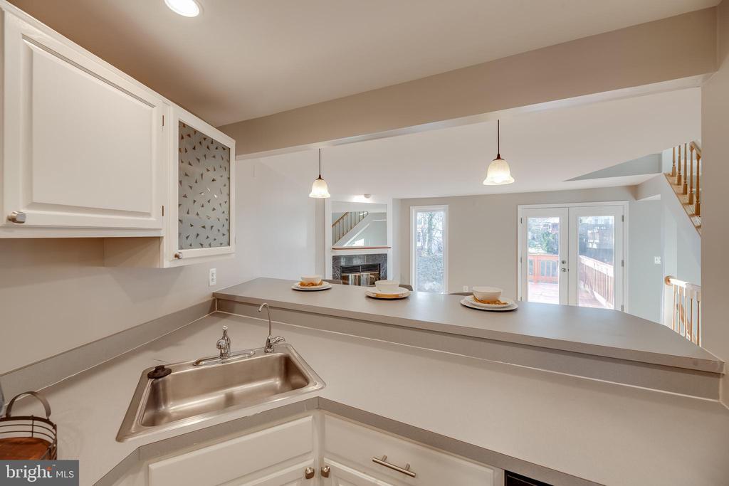 Kitchen overlooks living room - 7258 LIVERPOOL CT, ALEXANDRIA