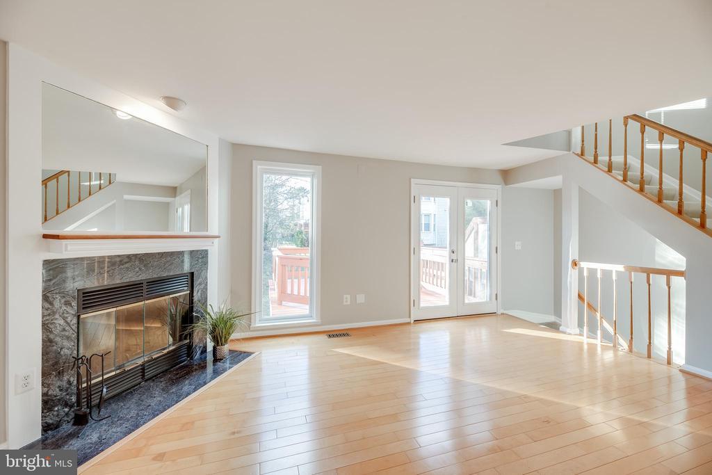 Wonderfully bright living room - 7258 LIVERPOOL CT, ALEXANDRIA