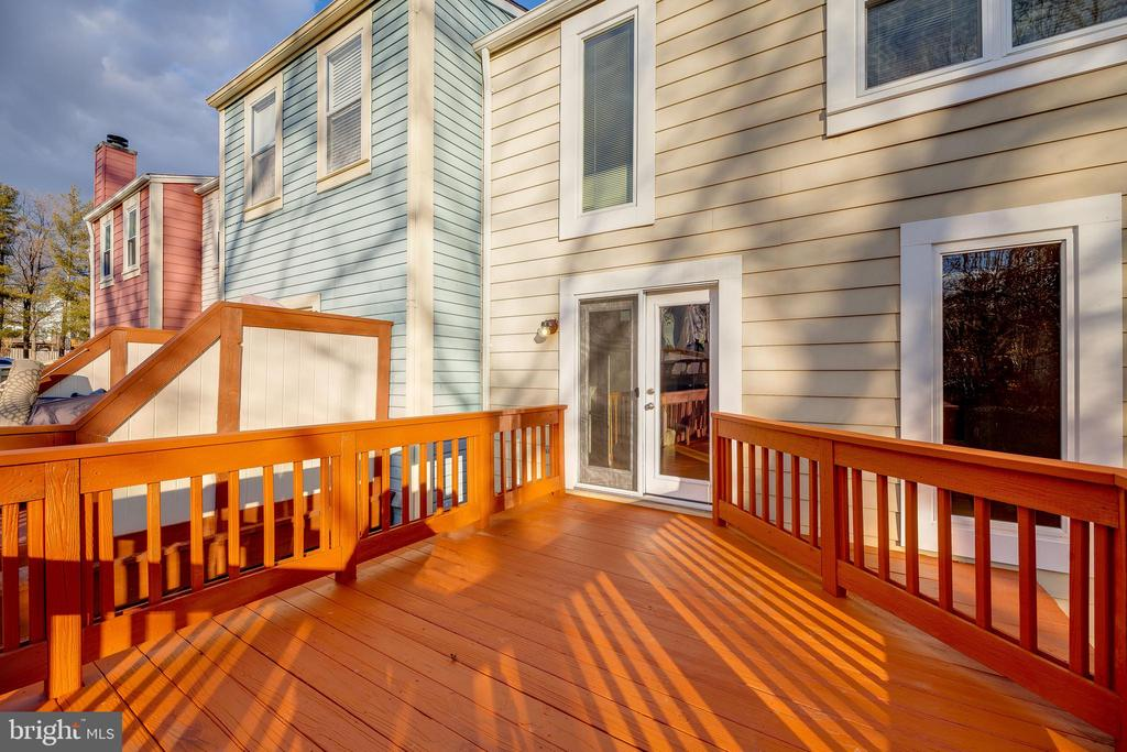HUGE deck perfect for entertaining. - 7258 LIVERPOOL CT, ALEXANDRIA