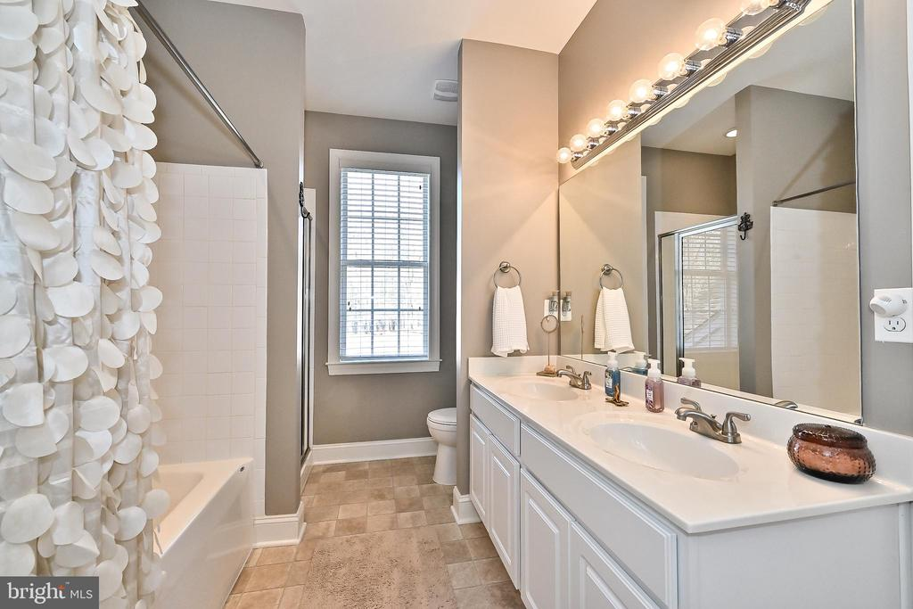 2nd full bath on upper level with dual sink vanity - 11322 SCOTT PETERS CT, MANASSAS