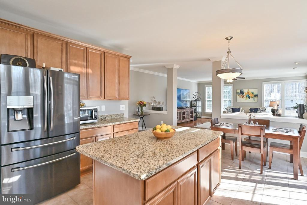 Center island and tons of cabinet space - 11322 SCOTT PETERS CT, MANASSAS
