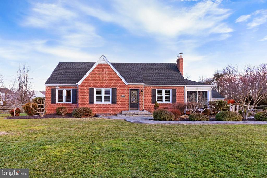 Beyond charming, move-in ready Cape Cod - 9401 OX RD, LORTON