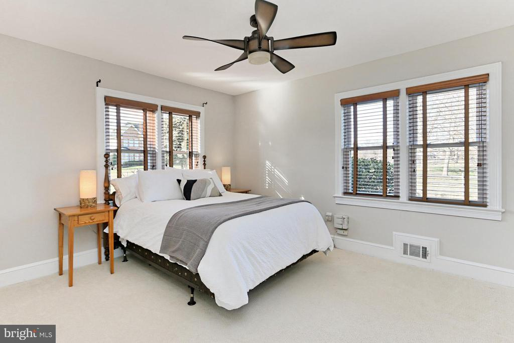 2nd bedroom with wood blinds, closet & ceiling fan - 9401 OX RD, LORTON