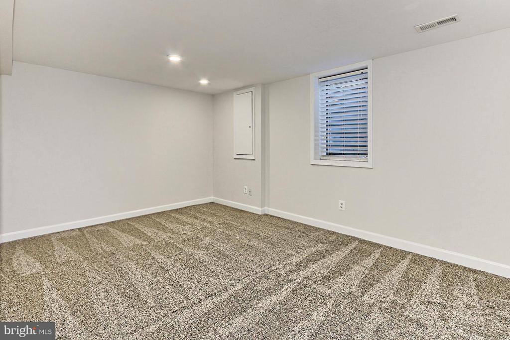 Spacious lower level 3rd bedroom - 9401 OX RD, LORTON
