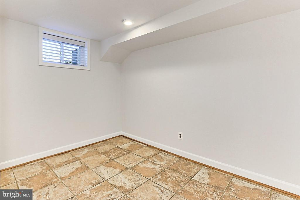 Bonus room perfect for exercise or work! - 9401 OX RD, LORTON