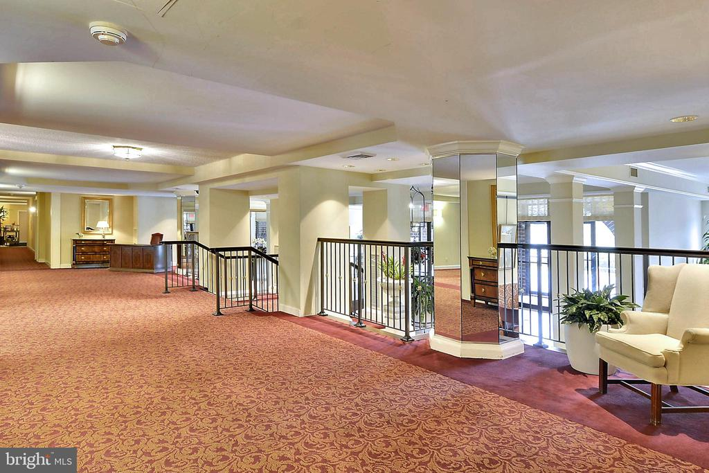 Comfortable and welcoming main level foyer - 2100 LEE HWY #344, ARLINGTON
