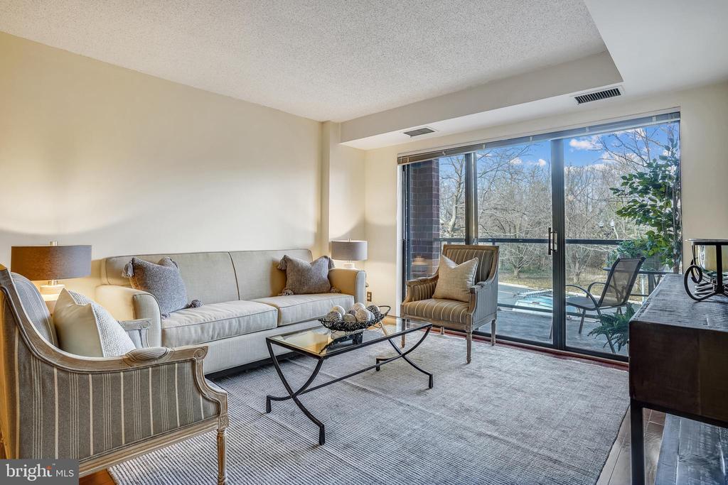 Spacious Living Room opens to Balcony - 2100 LEE HWY #344, ARLINGTON