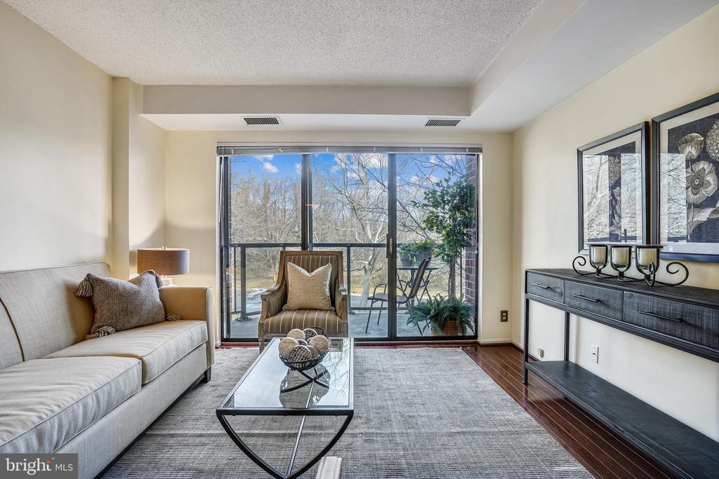 Large, comfortable living room - 2100 LEE HWY #344, ARLINGTON