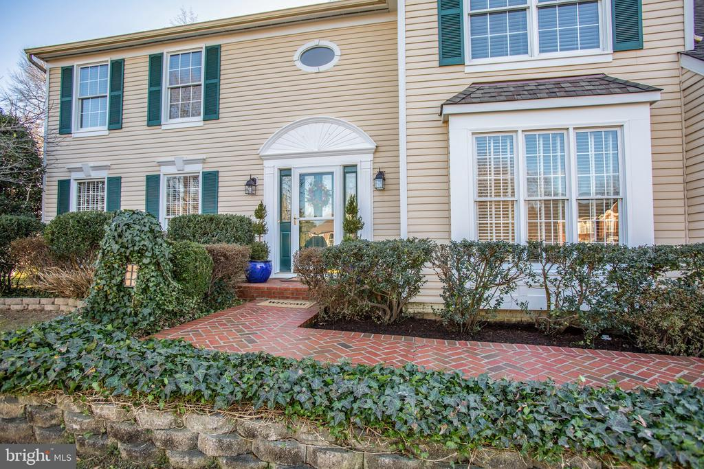 Traditional landscaping & brick walkway - 6102 NEW PEMBROOK LN, FREDERICKSBURG