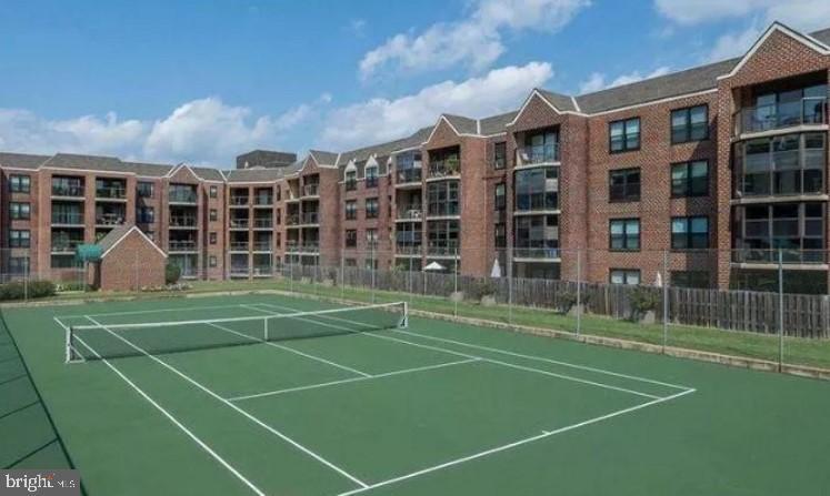 Community tennis court. - 2100 LEE HWY #344, ARLINGTON