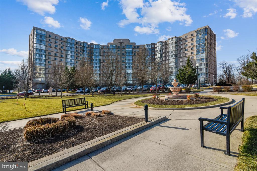 Soothing fountain, read a novel on a nice day! - 19375 CYPRESS RIDGE TER #411, LEESBURG