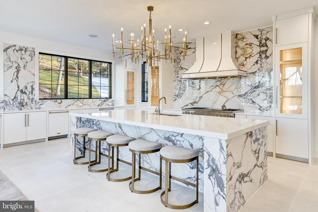 A gourmet kitchen with designer fixtures - 620 RIVERCREST DR, MCLEAN