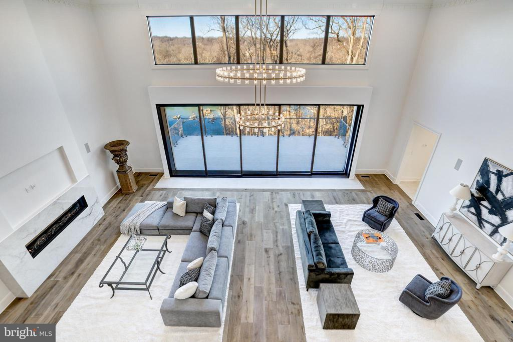 The Great Room is a dramatic center of the estate - 620 RIVERCREST DR, MCLEAN