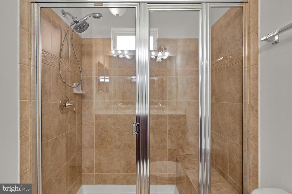 Upgraded Tiled Shower with Bench - 7839 RIVER ROCK WAY, COLUMBIA