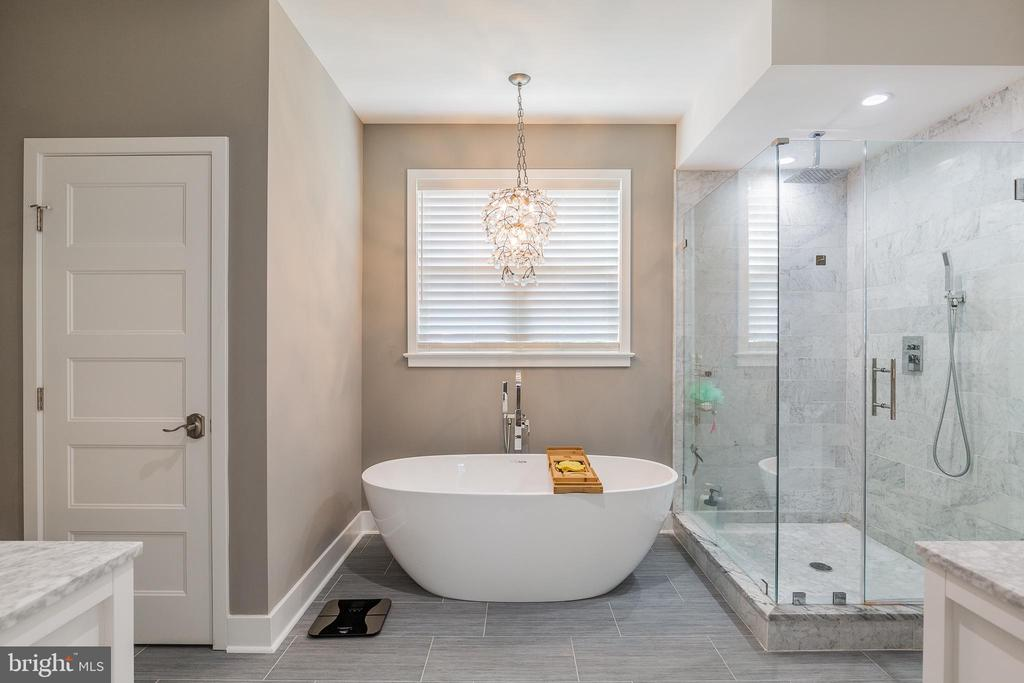 Master bath with tub and shower - 4004 TAYLOR DR, FAIRFAX