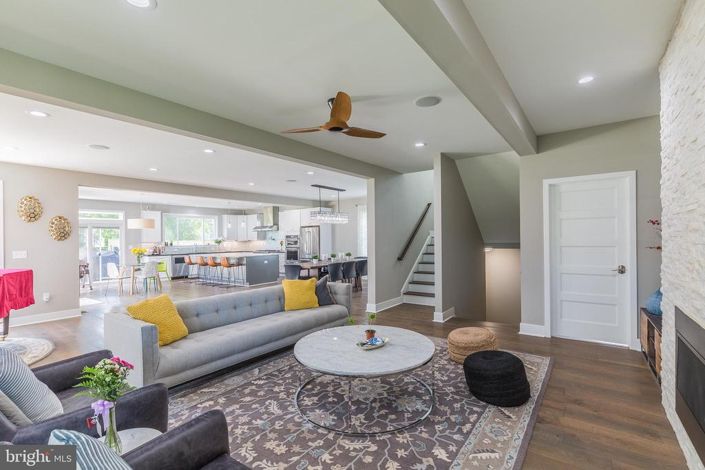 Beautiful family room- hardwood floors - 4004 TAYLOR DR, FAIRFAX