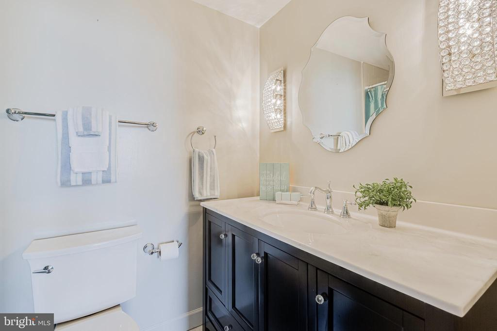 With Ensuite Renovated Bath - 1300 CRYSTAL DR #PENTHOUSE 14, ARLINGTON