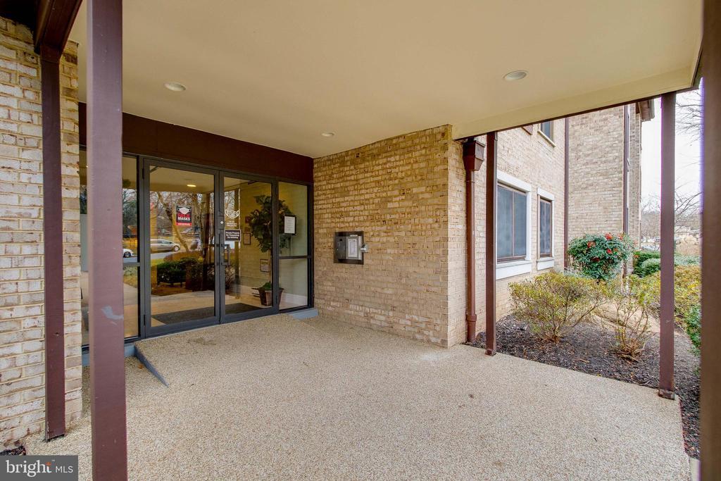 Secure entrance! - 3031 BORGE ST #101, OAKTON