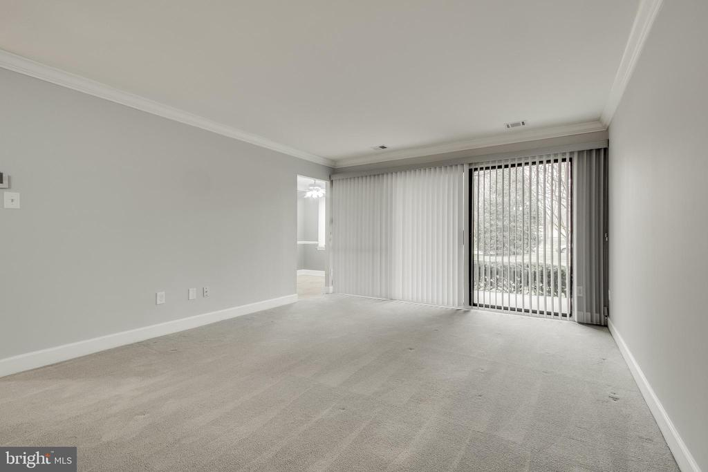 Family room/Dining room off eat in kitchen! - 3031 BORGE ST #101, OAKTON