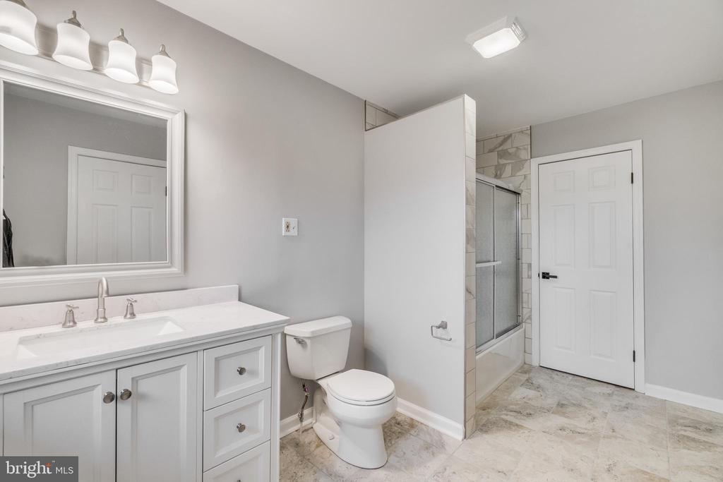 Newly installed primary bath - 9035 DAHLGREN RD, KING GEORGE