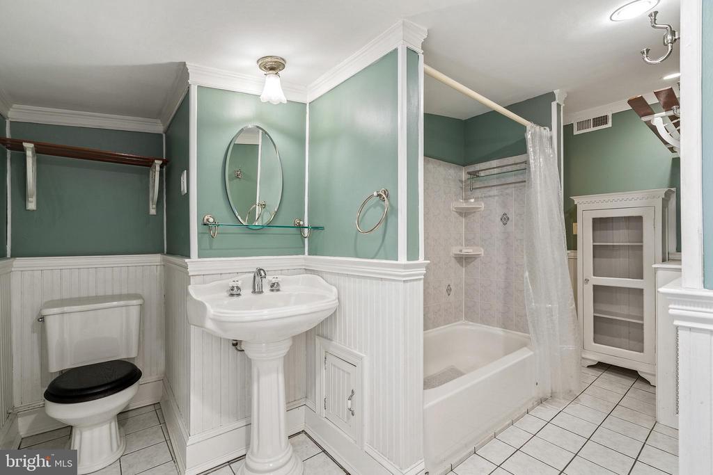 Second floor shared bathroom - 515 7TH ST SE, WASHINGTON