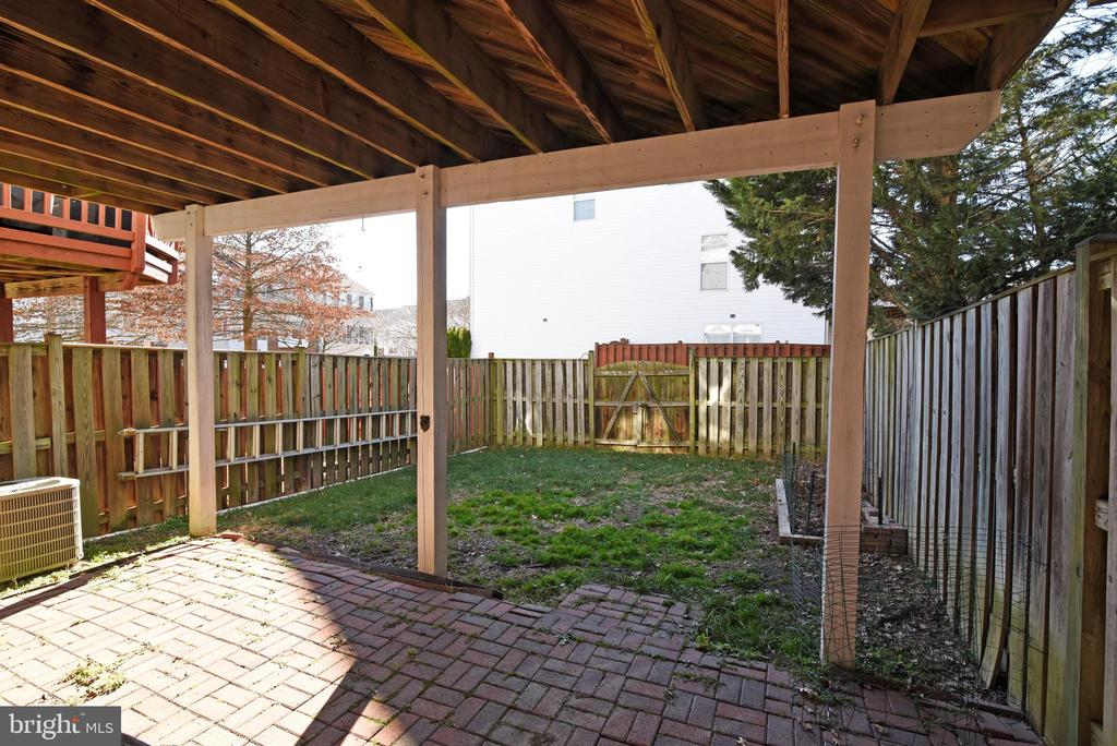 FENCED YARD WITH PATIO - 42717 COOL BREEZE SQ, LEESBURG