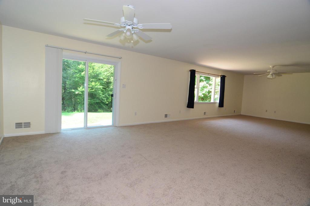 GREAT ROOM w. DOORS TO REAR PATIO - 10215 HUNTER VALLEY RD, VIENNA