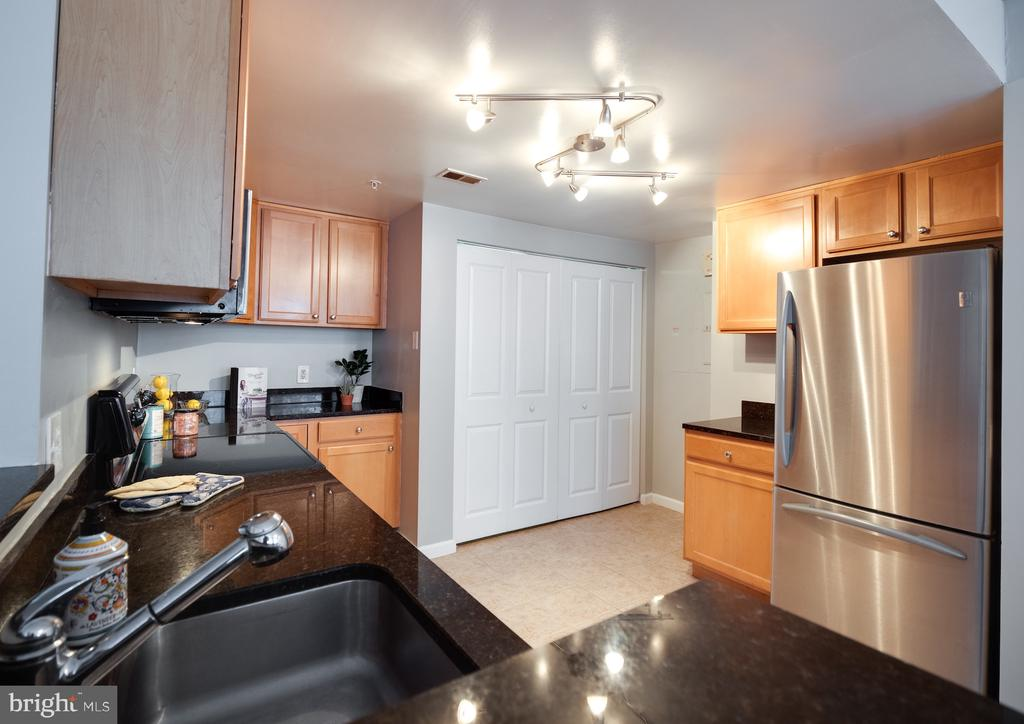 Large kitchen with full size washer/dryer - 880 N POLLARD ST #201, ARLINGTON